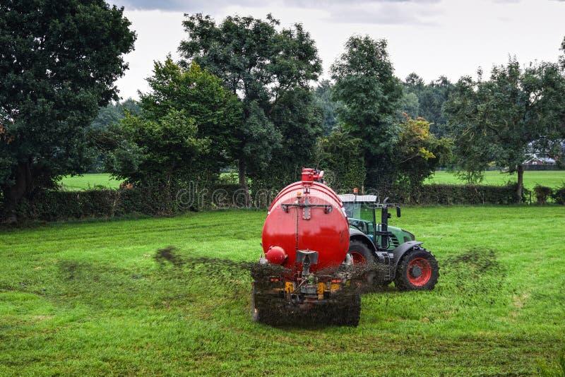 泥浆罐车喷洒液体肥料 免版税库存照片