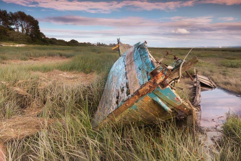 泥滩和遗弃小船在Heswall在利物浦附近 免版税库存照片
