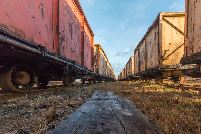 泥煤采矿的老生锈的矿推车 图库摄影