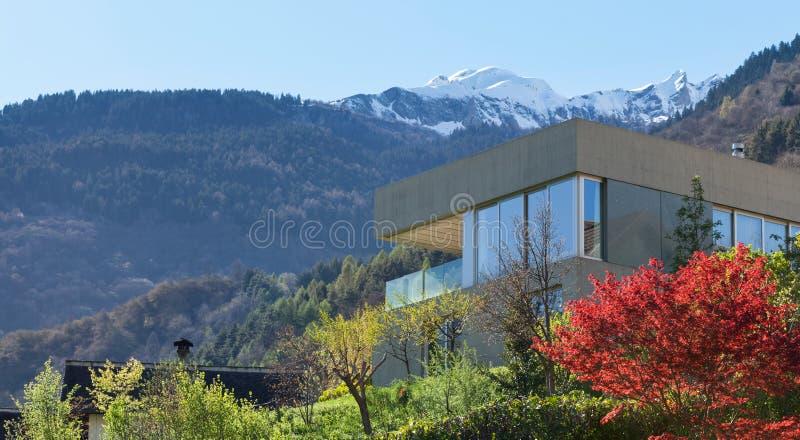 水泥的山房子 免版税库存照片