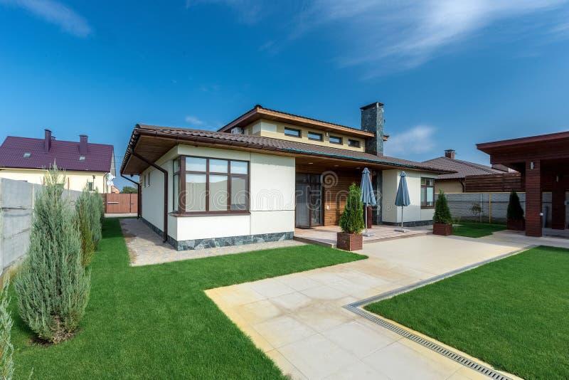 水泥的,从庭院的看法美丽的现代房子 库存图片