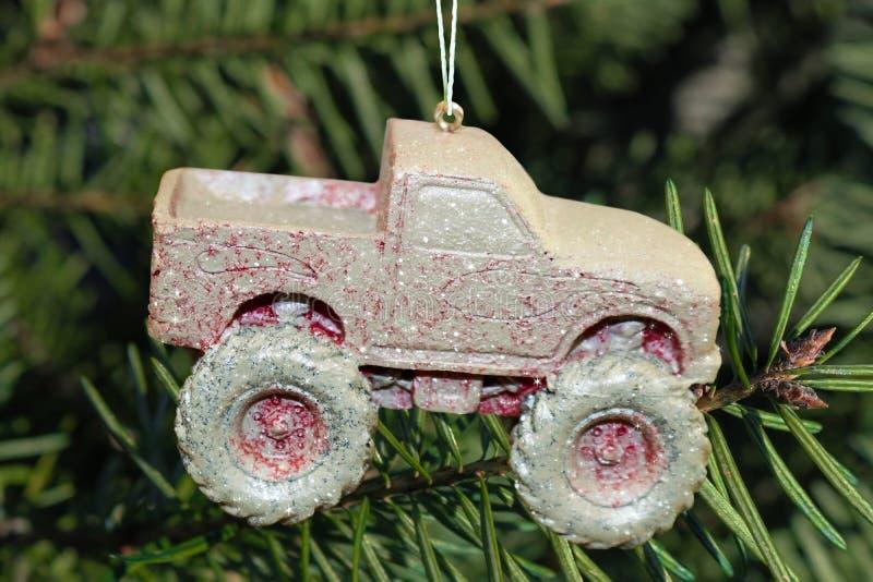 泥盖了4个轮子推进卡车圣诞节装饰品 免版税库存图片