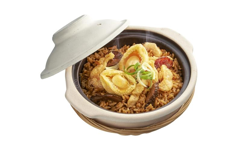 泥罐米用鱼香肠和鲍鱼顶部 免版税库存照片