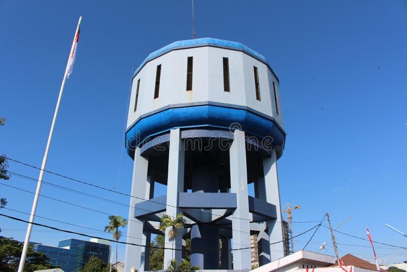 水泥水塔坦克在蓝天和白色云彩下供水的 库存图片