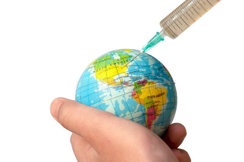 注射器被困住入地球,在小孩子的手上 射入向美国 ?? 对待地球的概念, 库存图片
