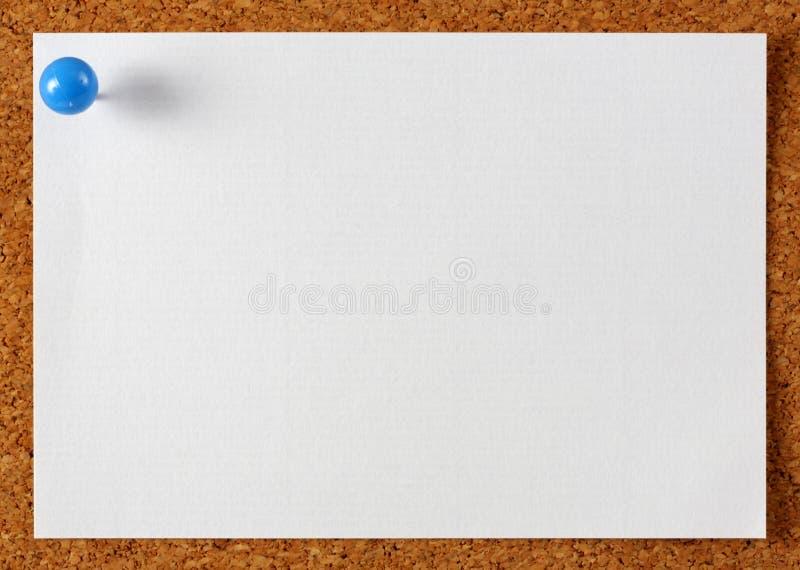 注意与蓝色针的通知单纸张 免版税库存照片