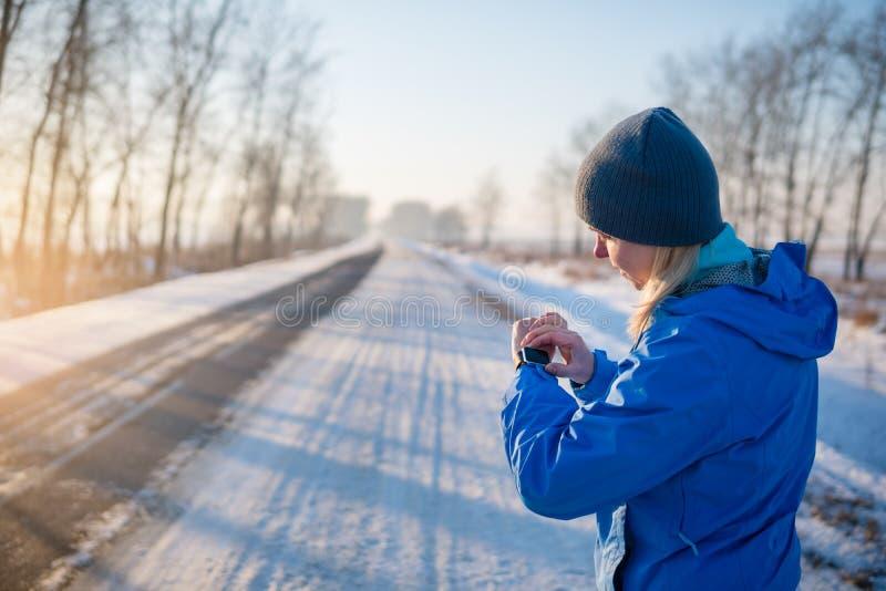 注意与smartwatch的体育 马拉松的跑步的训练 免版税图库摄影