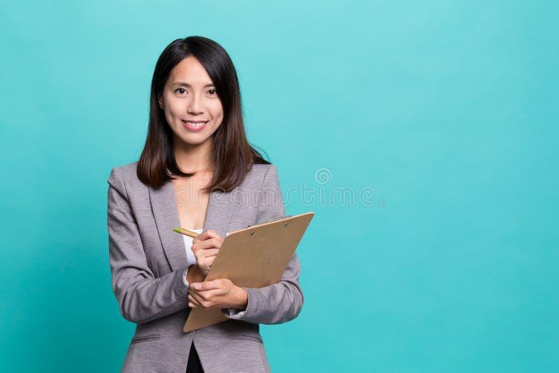 注意关于剪贴板的女实业家 库存图片