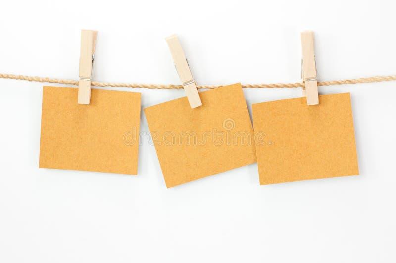 注意卡片、包装纸和木头夹子 库存图片