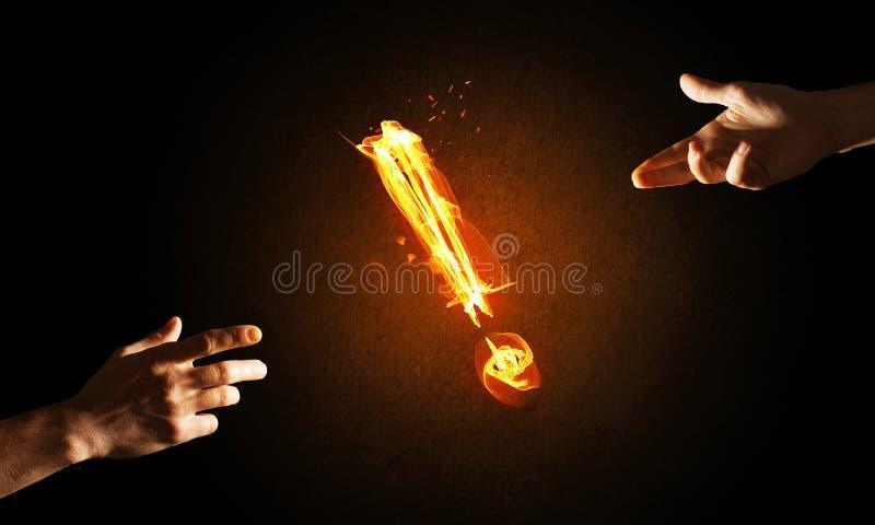 注意或标点的概念与灼烧的惊叹号在黑暗的背景 图库摄影