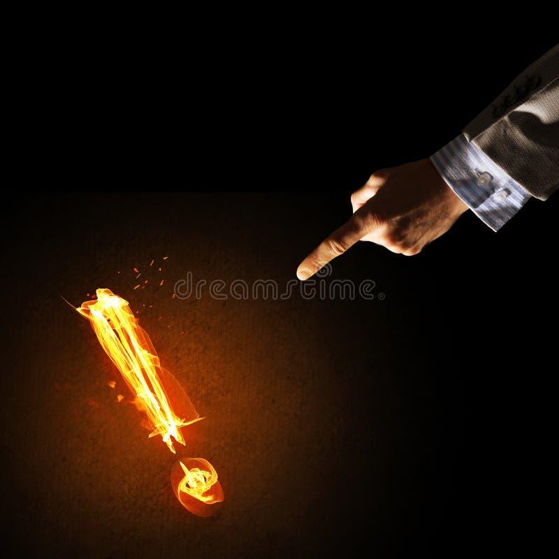 注意或标点的概念与灼烧的惊叹号在黑暗的背景 库存照片