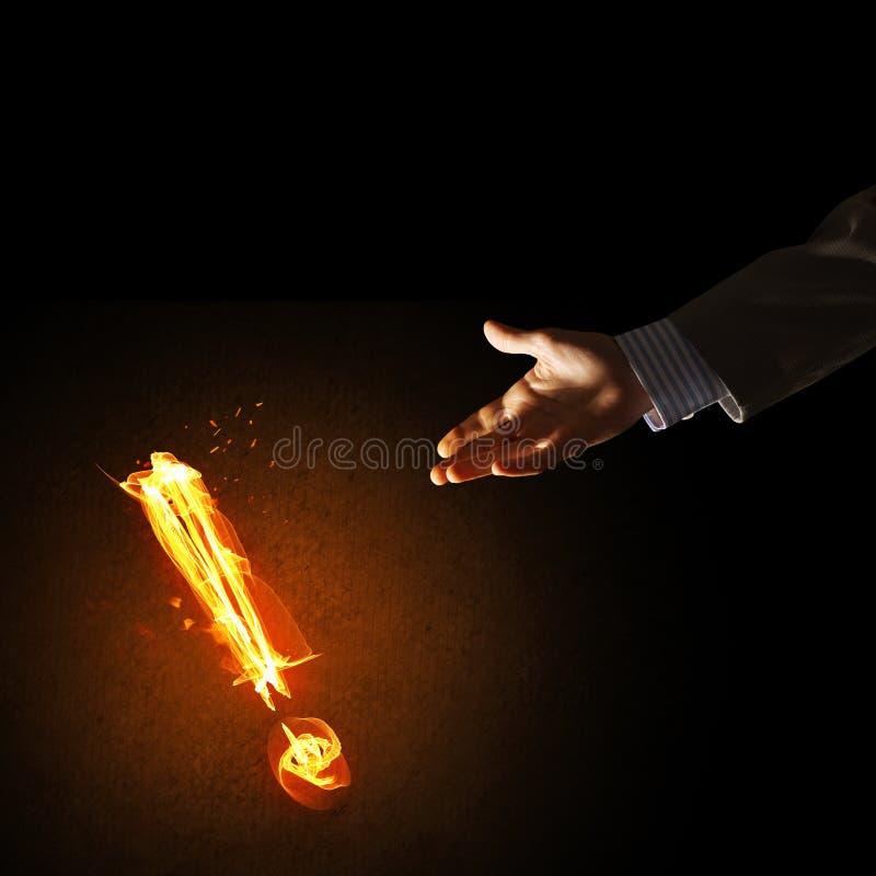 注意或标点的概念与灼烧的惊叹号在黑暗的背景 库存图片