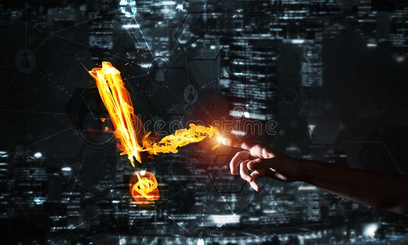 注意或标点的概念与灼烧的惊叹号在黑暗的背景 免版税库存照片