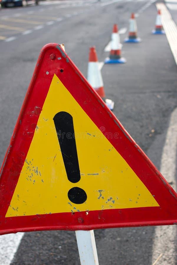 注意标志 被限制的公路交通 与红色边界的三角 在街道的旁路 免版税库存图片