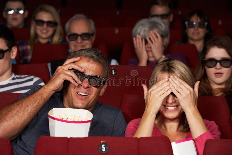 注意3D在戏院的夫妇影片 库存照片