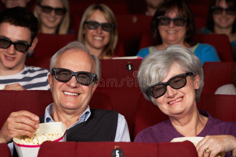 注意3D在戏院的高级夫妇影片 免版税图库摄影