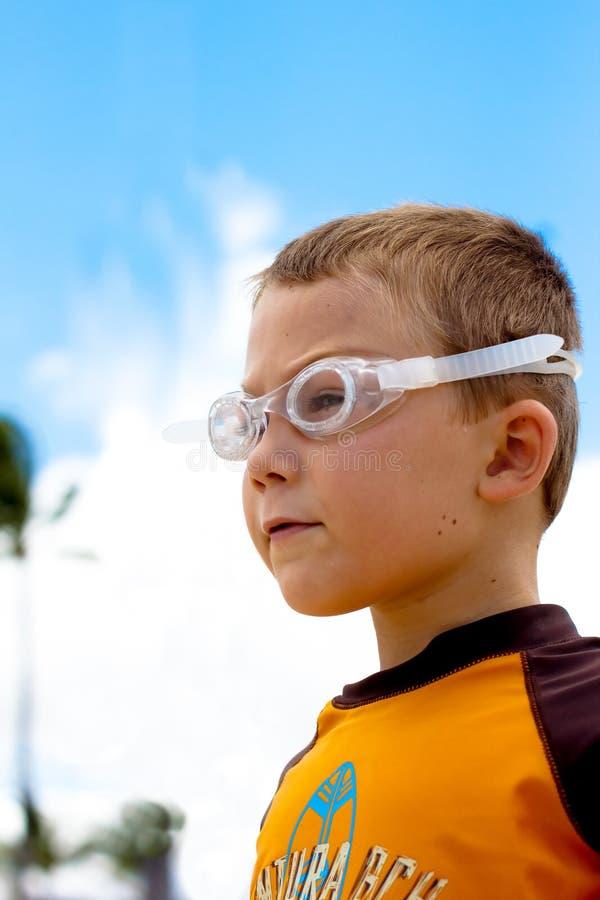 注视到距离的体贴的男孩 免版税库存图片