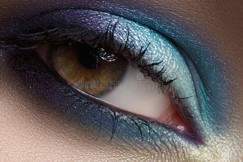 注视化妆用品,眼影膏。 特写镜头方式构成 库存照片