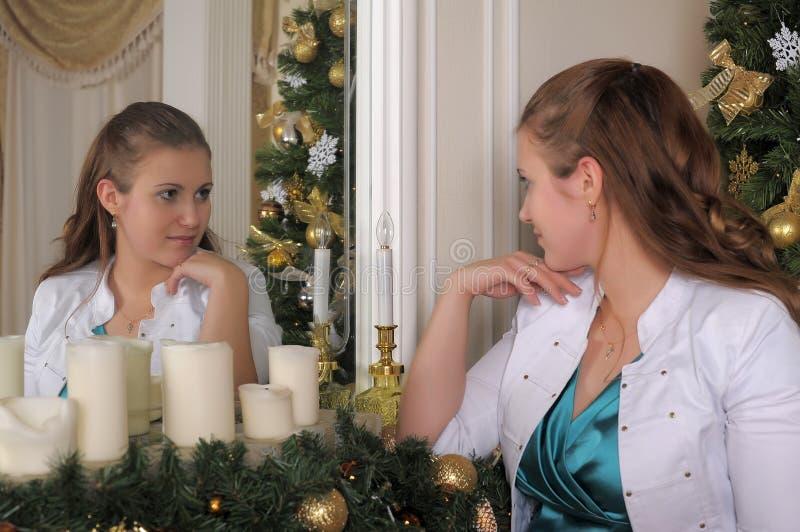 注视在镜子的自已的妇女 库存照片