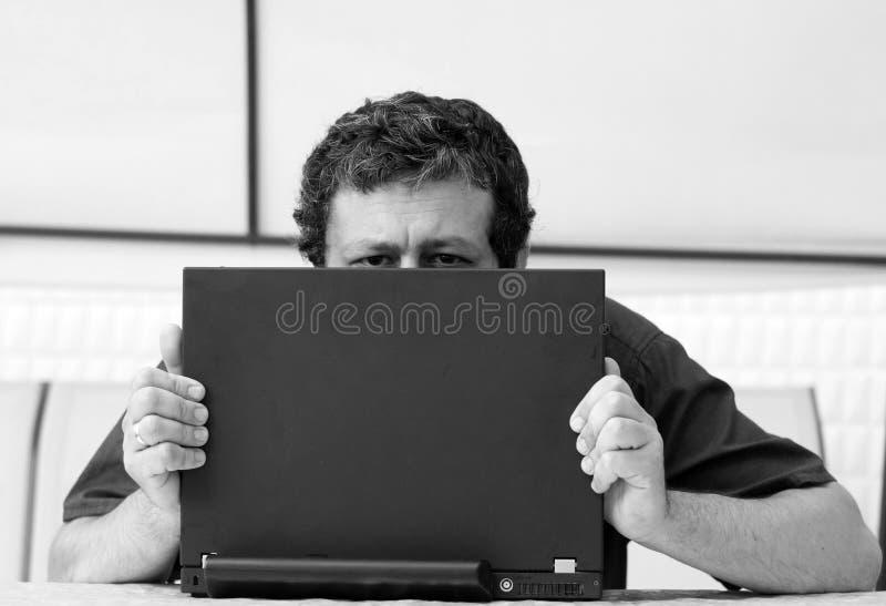 注视在s的膝上型计算机人 免版税库存照片