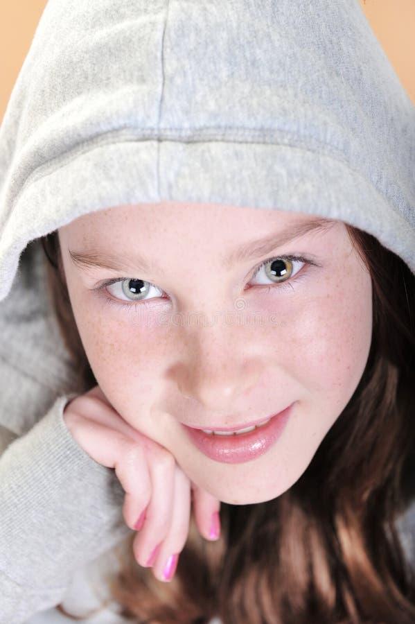 注视女孩强烈的年轻人 库存照片