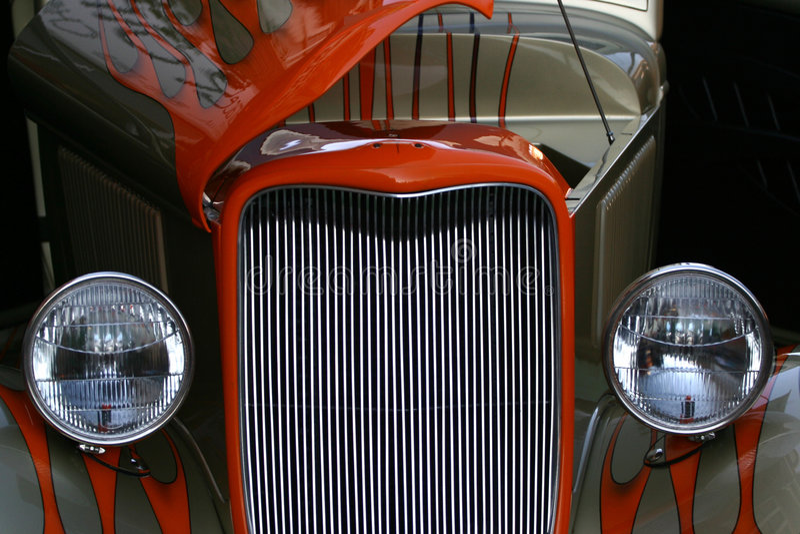 注视旧车改装的高速马力汽车 免版税图库摄影
