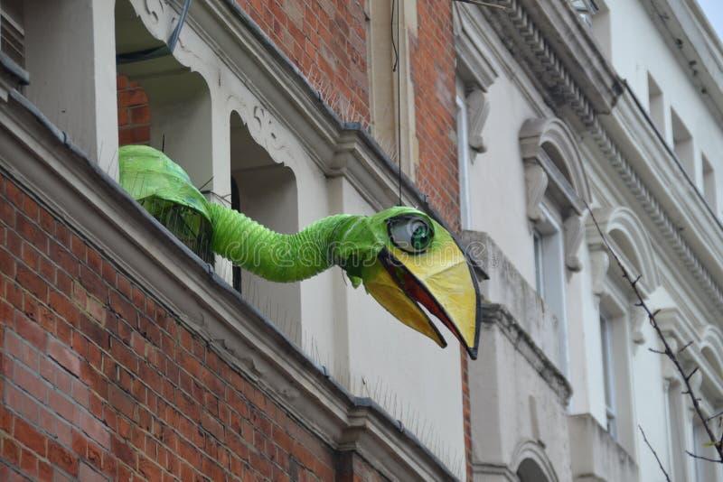 注视着从窗口的鸟诺丁山狂欢节队伍2018年在伦敦英国, 2018年8月27日 库存照片