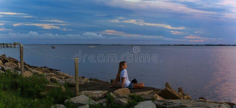 注视着在海湾的日落的女性在老马在骑师` s里奇后面海湾朝向, NC  免版税图库摄影