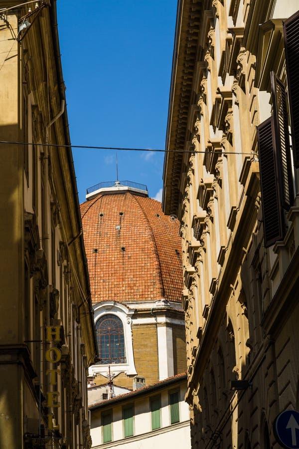 注视着在狭窄的街道,圆顶末端,佛罗伦萨意大利 库存图片