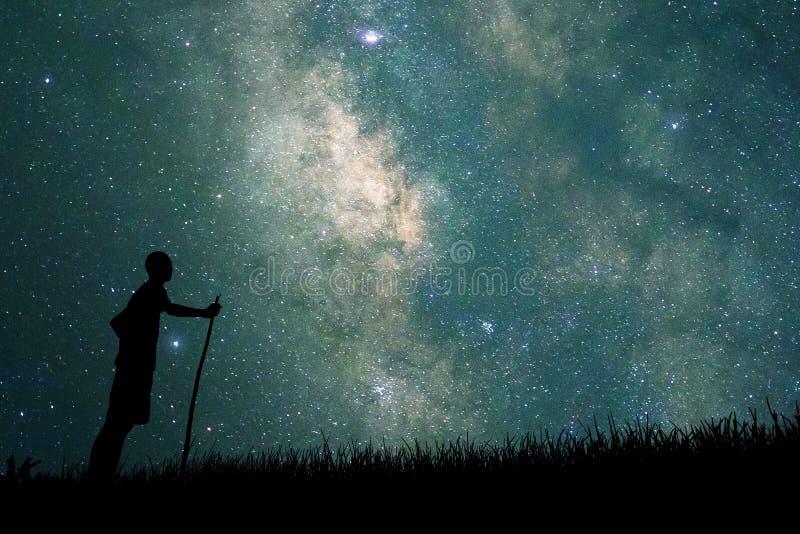 注视着对在天空的星的年轻探险家夜 库存图片