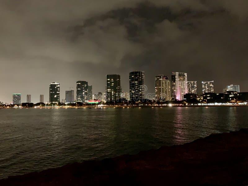 注视着庄严夜的檀香山 免版税库存图片