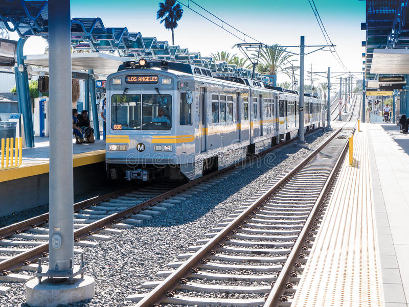 注视着西部第26个St/Bergamot驻地的地铁轻的路轨平台在圣塔蒙尼卡 库存照片