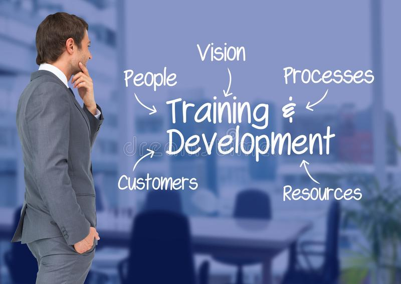 注视着训练和发展概念的商人反对会议室在背景中 图库摄影