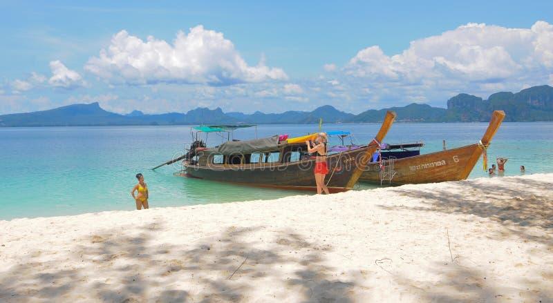 泰国与小船的海洋风景 免版税库存照片