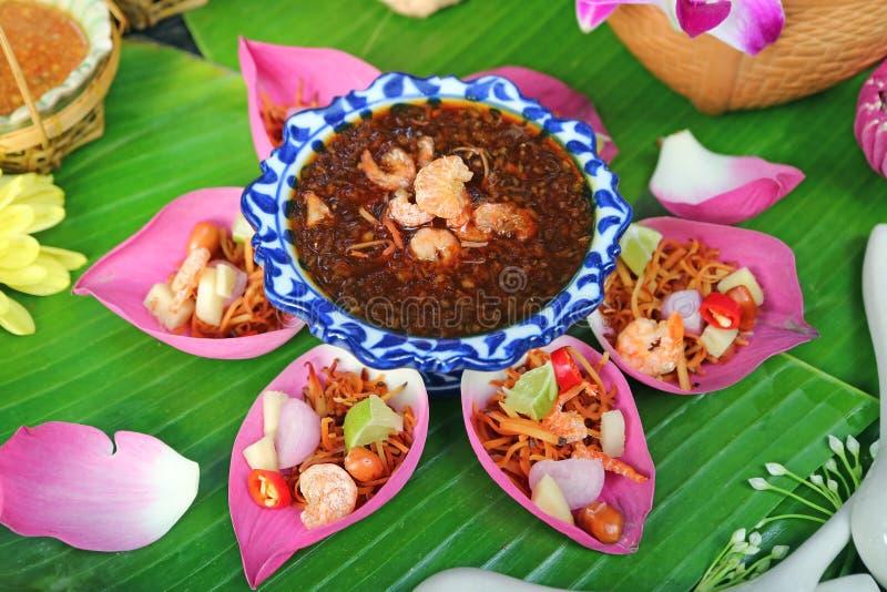 泰国与甜和辣垂度的样式新鲜的莲花花瓣被包裹的开胃菜 免版税库存照片