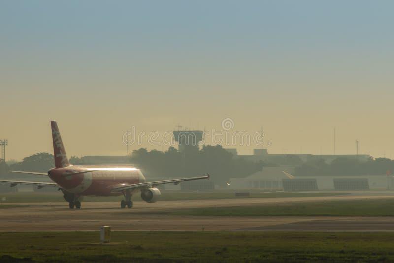 泰国亚洲航空空中客车A320在跑道乘出租车在离开前 亚洲航空公司是最大的低成本航空公司在亚洲 免版税库存图片