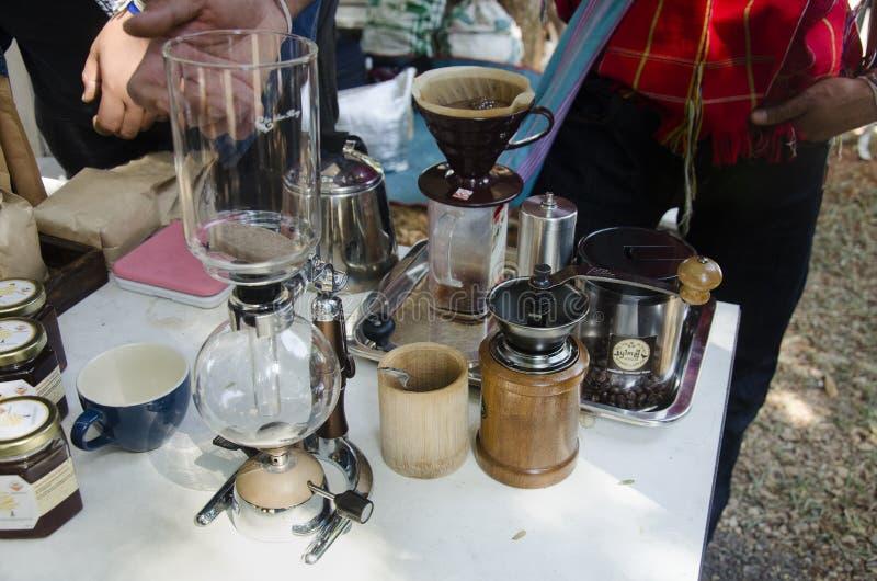 泰国人做了展示和销售的热的咖啡的旅行家人 免版税图库摄影