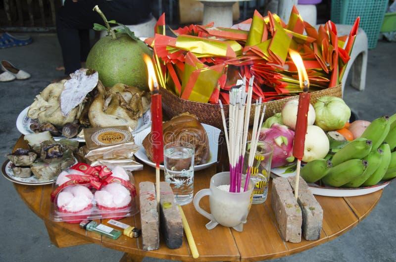 泰国人在桌上的牺牲提供的食物为做准备祈祷 库存照片