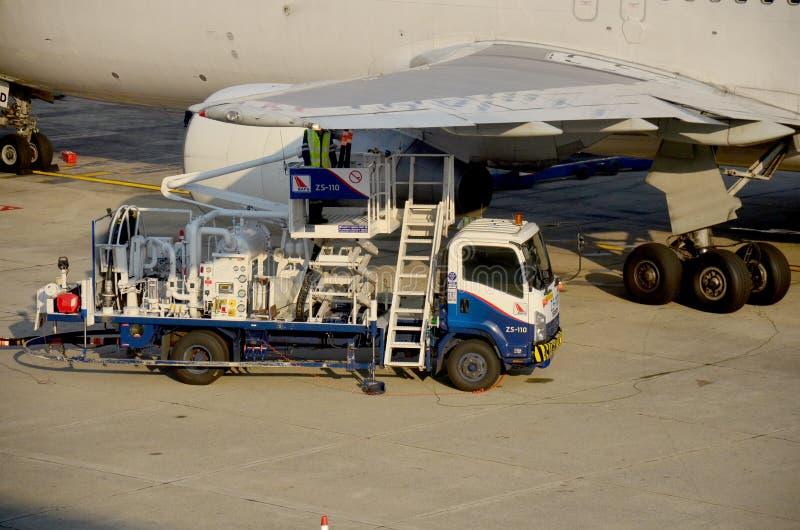 泰国人填装航空器汽油箱  免版税图库摄影