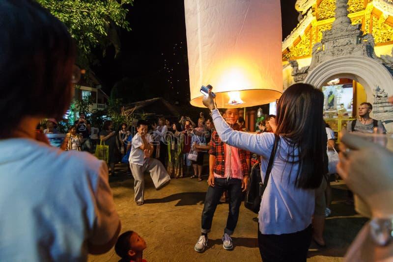 泰国人庆祝新年并且发布浮动灯笼  免版税库存图片