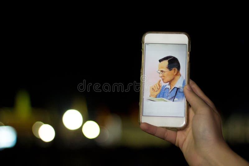 泰国人拍点燃国王` s图象的一个蜡烛的照片 库存照片