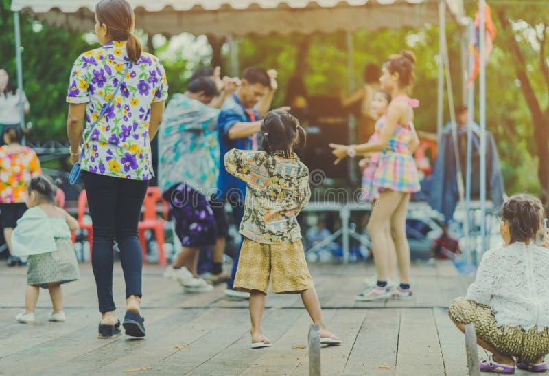 泰国人的幸福喜欢跳舞在每年Songkran节日的阶段 库存图片