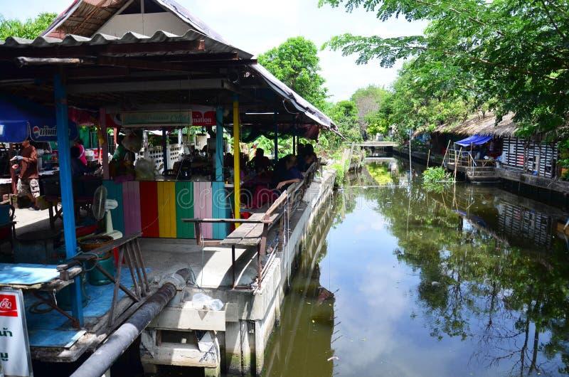 泰国人去Bangnamphung浮动市场 免版税库存照片