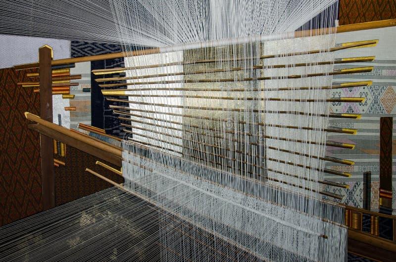 泰国传统丝绸手编织的过程 免版税图库摄影