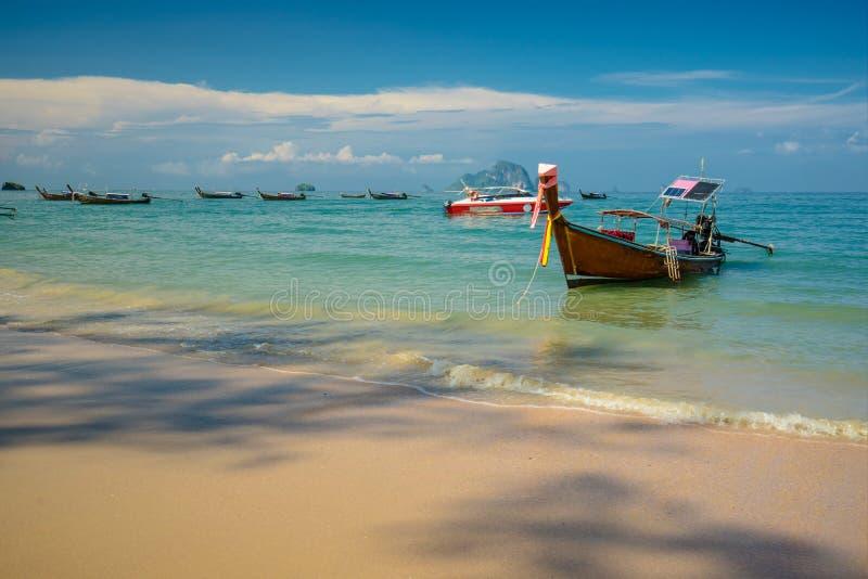 泰国传统木longtail小船和美丽的沙子Ao nang的,甲米府,泰国莱莉海滩 图库摄影