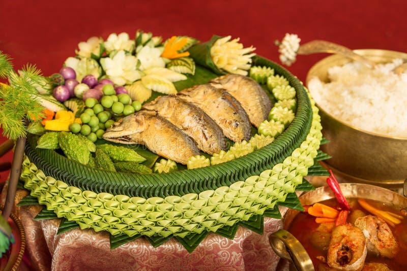 泰国传统食物、油煎的鲭鱼用虾酱调味汁和被混合的泰国菜 库存照片