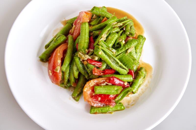 泰国传统食物,地方食物,长的在白色背景的豆辣沙拉母牛豌豆 图库摄影