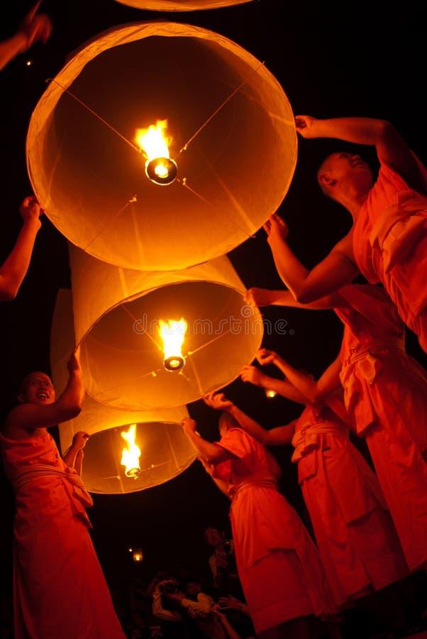 泰国修士浮动的闪亮指示。 图库摄影