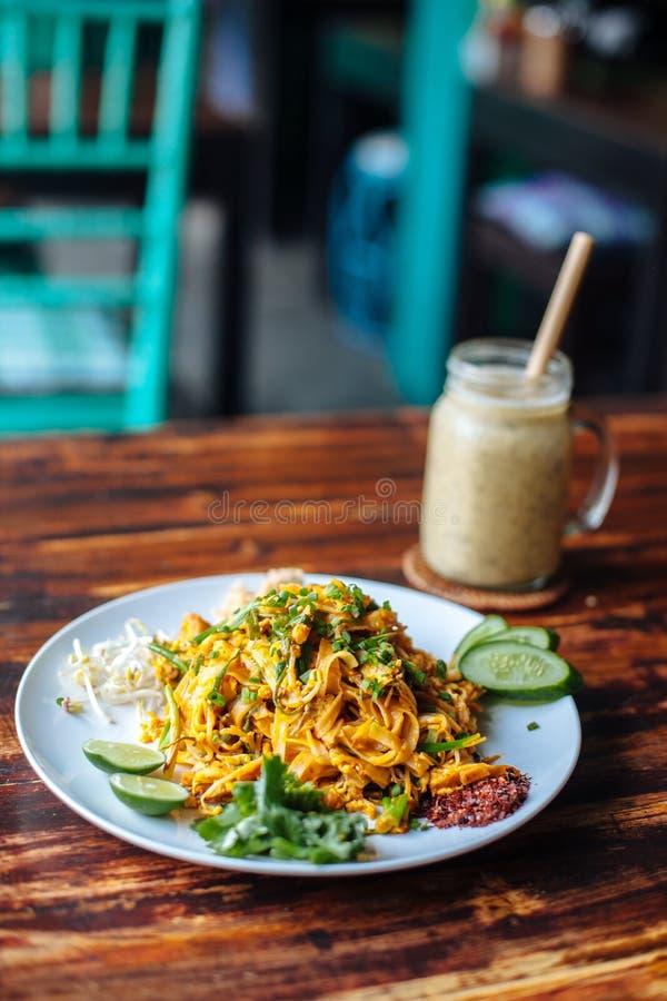 泰国健康素食素食主义者菜单的垫,混乱油煎的米线,是其中一名泰国` s全国主菜和香蕉圆滑的人  库存图片