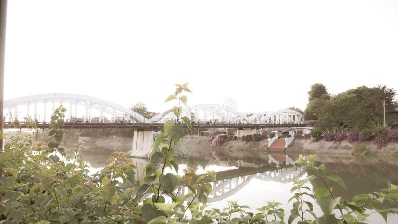 泰国南王南邦大桥官方名称为Ratsadaphisek Bridge, Chao Phraya河的河支 免版税库存照片